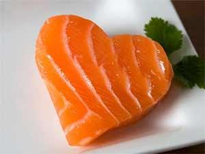 Auch Fisch ist eine hervorragende Eiweißquelle, die zudem wichtige Omega 3 Fettsäuren enthält, welche sich zudem positiv auf die Herzgesundheit auswirken.