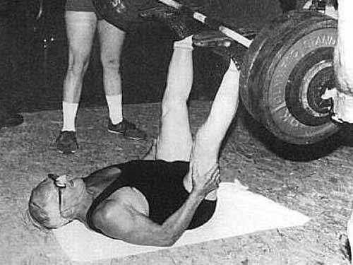 Ed Zercher beim Ausführen der Langhantel Beinpresse.