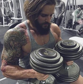 Ein cleverer Athlet weiß die Vorzüge von freuen Gewichten, so wie die von Maschinen für sich zu nutzen.