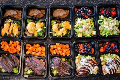Meal Prep spart nicht nur Zeit. Man stellt außerdem sicher, dass man immer gut gesunder Nahrung versorgt ist.