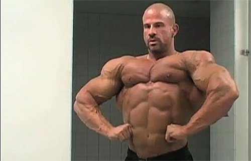 """Mikes Pulcinellas Bruder Dave ist Bodybuilder. Er ist Teil der Dokumentation """"Raising the Bar""""."""