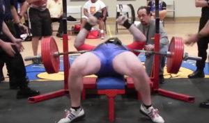 powerlifter-faellt-247kg-schwere-hantel-auf-die-brust