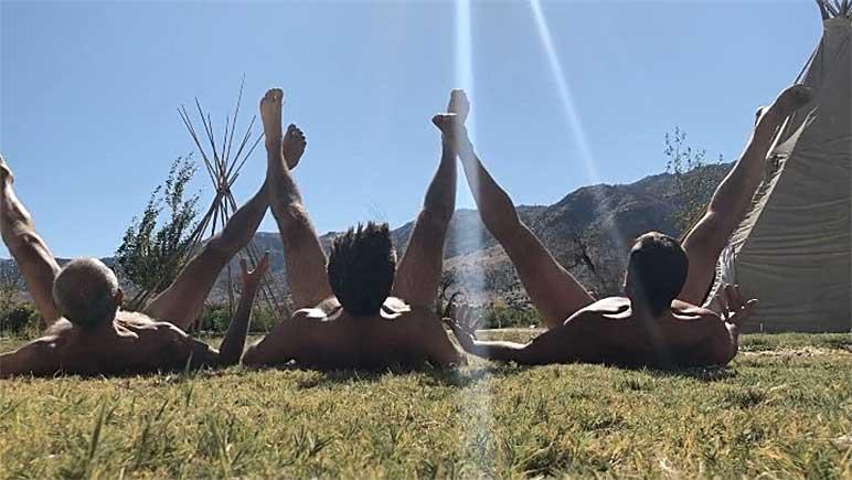 """Bild: Drei Männer beim """"Po-Loch-Sonnen"""""""