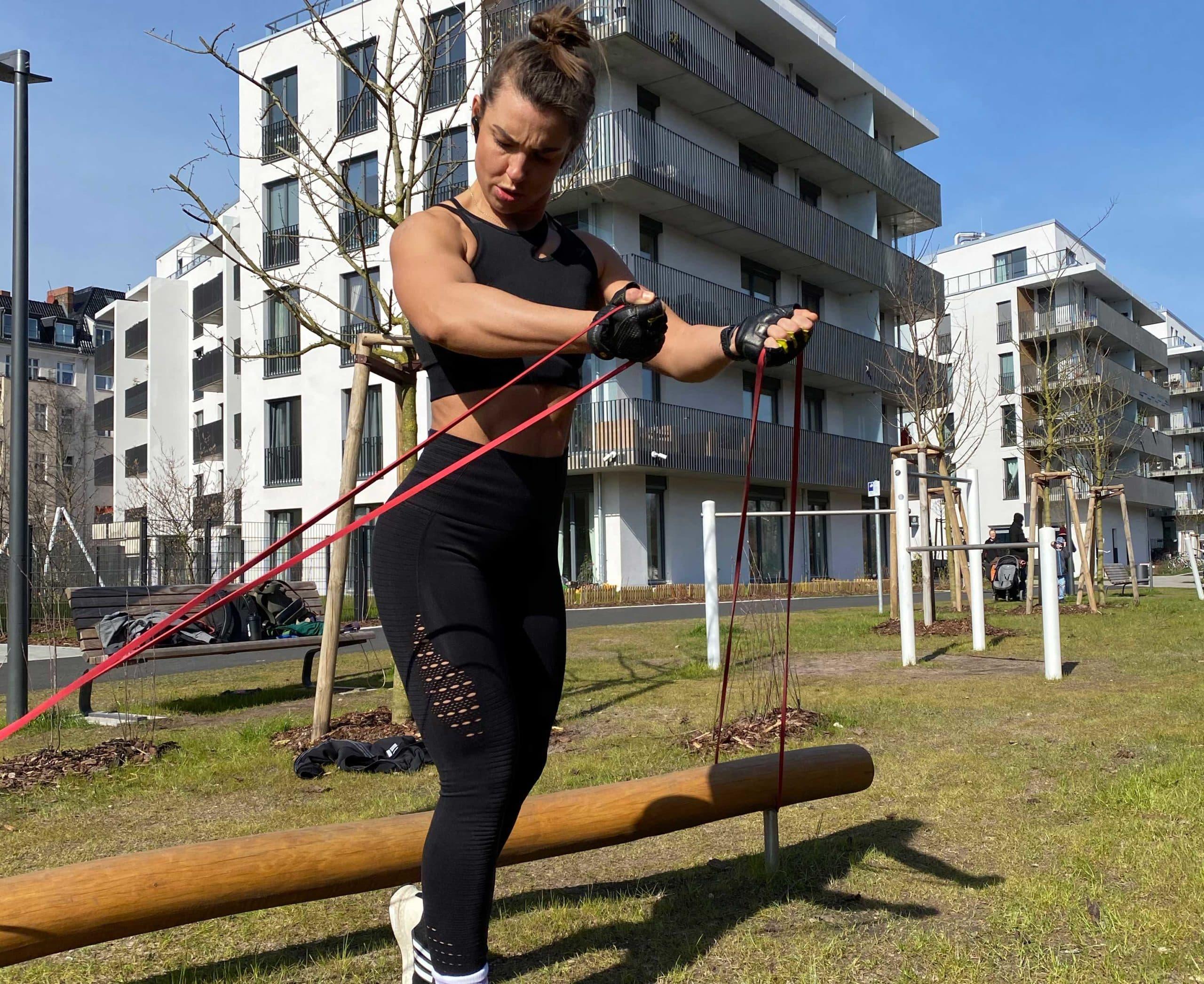 Training zu Hause mit Widerstandsbändern