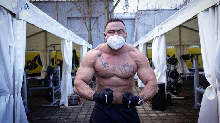 Bild: Michael Steiner alias Iron Mike vor einem Outdoor-Gym von McFit
